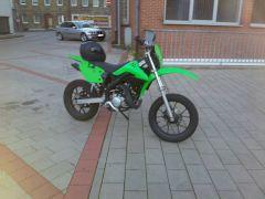 Mit Kawasaki KX 450 F Verkleidung ;)